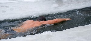 swimming-outdoors-in-the-winter-benefits