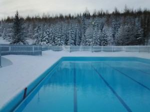 swimming-outdoors-in-the-winter-pool